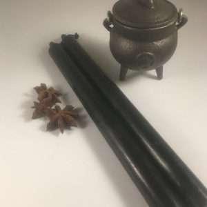 handgemaakte doorgekleurde kaars zwart